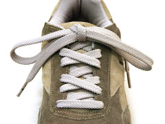Balanced shoelace knot with straight bow